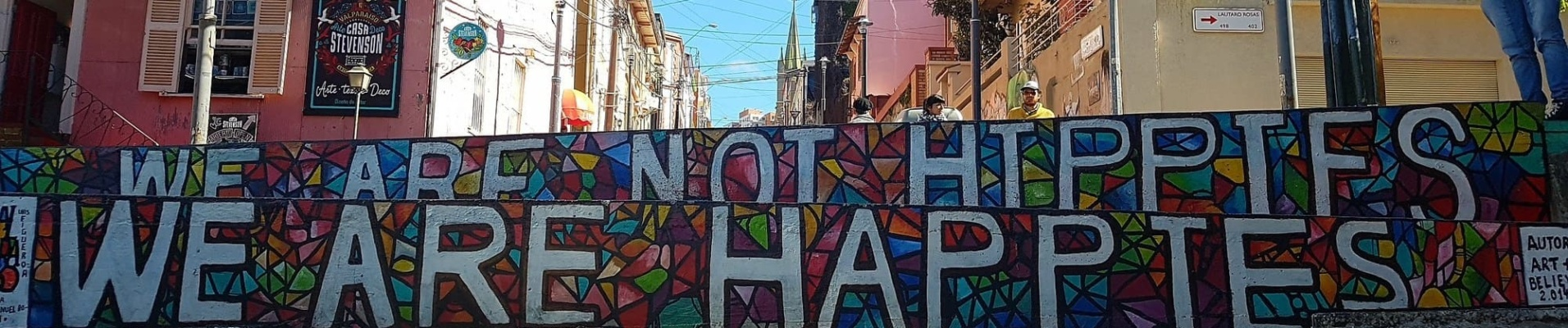Peinture murale street art Valparaiso, Chili. Nous ne sommes pas des hippies, nous sommes des