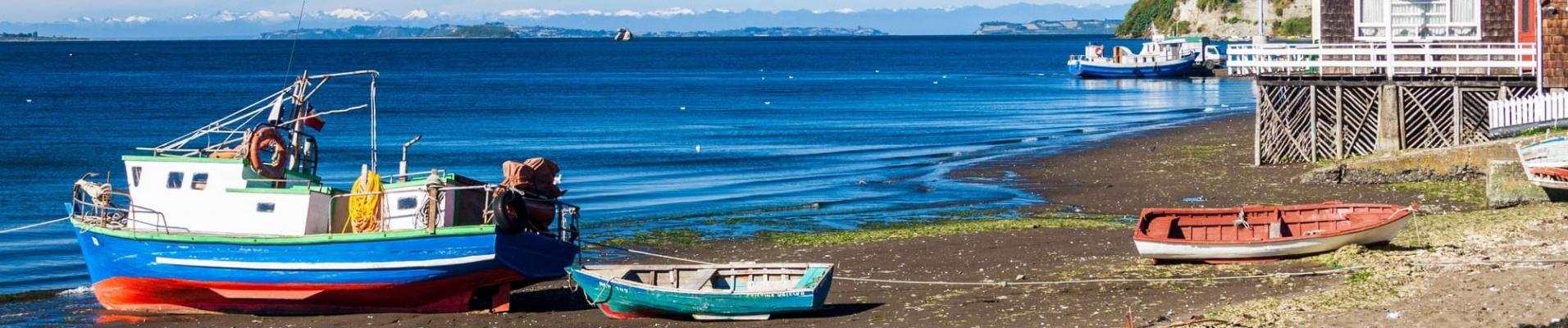 Bateaux dans le village d'Achao, Ile de Quinchao, Chili. Assistance voyage Chili.