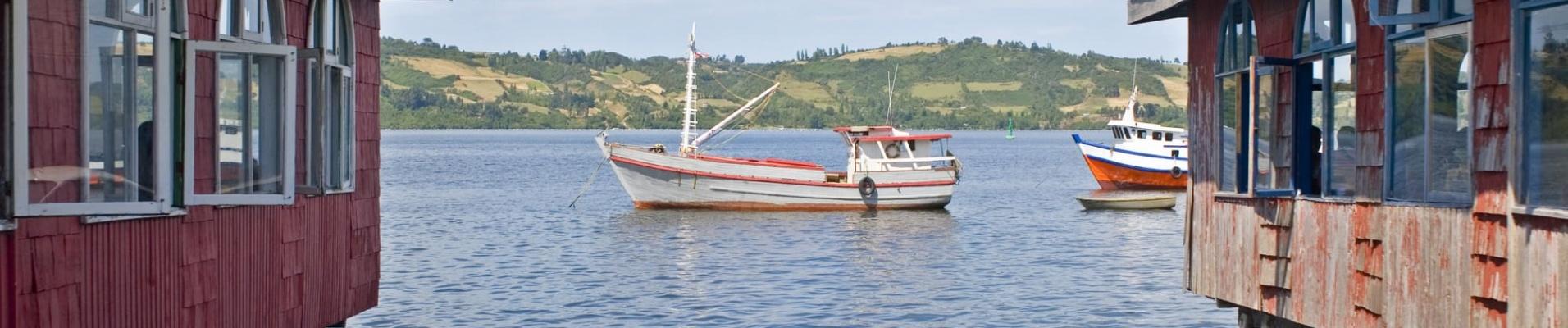 Dalcahue, Chili, maisons sur pilotis et bateau de pêche. Avis Chili témoignages voyage.