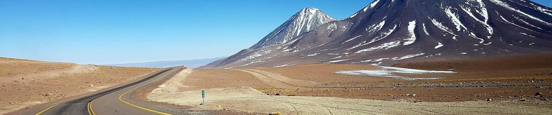 Transports intérieurs au Chili. Location de voiture Chili. Route dans le désert d'Atacama.