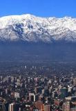 Vue panoramique de Santiago du Chili et la Cordillère des Andes enneigée. Découvrez la région de Santiago Chili.