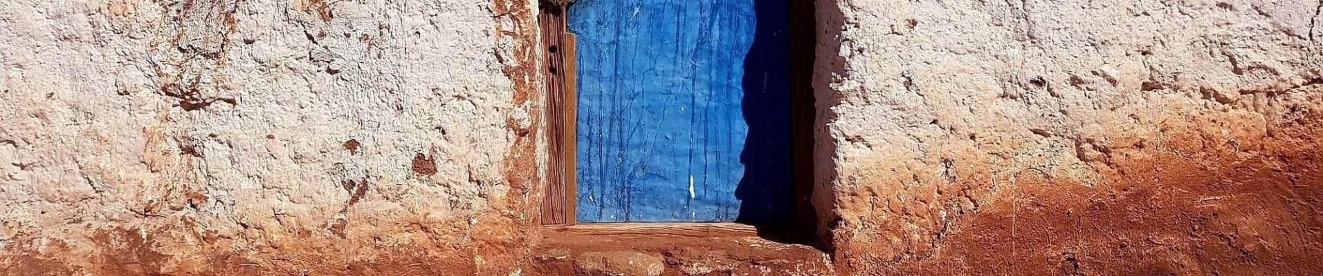 Porte bleue San Pedro de Atacama, Chili. Paiement en ligne voyage en plusieurs fois.